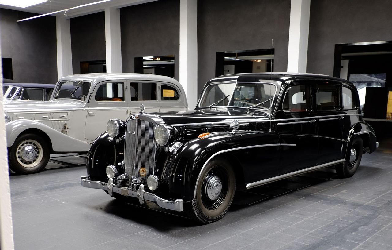 A sok csőrös, külső sárhányós autó után kissé fura ez a dobozkarosszéria, nem? Ezt az 1939-ben készült Maybach SW38/42-t eredetileg a Spohn cég karosszálta, majd ugyanez a cég 1950-ben kissé modernebbre újralemezelte az autót
