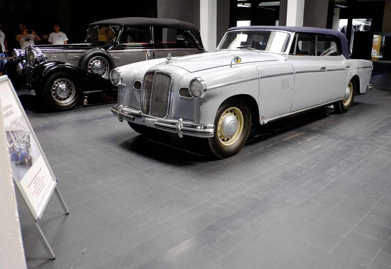 Bár a forma az ötvenes éveket idézi, ez a Maybach SW38/42-es még a háború előtt, 1938-ban készült. A Thyssen csoport egyik leányvállalatának, a düsseldorfi Prés- és Hengerműnek rendelték még Spohn-féle, elegáns, nyújtott, külső sárvédős kabriókarosszériával
