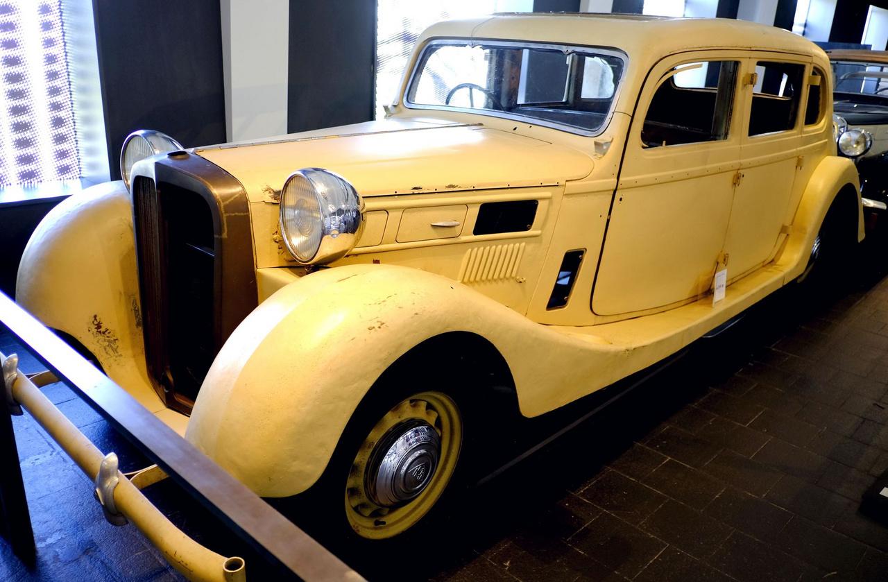 Egy kissé riadt pofájú Maybach SW38 a háború kitörésének évéből - egy August Blanke nevű cipőgyárosé volt, amúgy. Az a szokás, ami a nyolcvanas-kilenvcenes években dívott, hogy az ember a nehezen megszerzett autórádióját átviszi a következő kocsijába, már ötven évvel korábban is megvolt - Blanke ugyanis a korábbi Maybachjából ebbe az újba kérte át a Telefunken rádióját. A kocsit a hatvanas évek elején mentette meg egy gyűjtő a hornbergi vitorlázógép-reptérről, ahol vágott karosszériával csörlőként működött