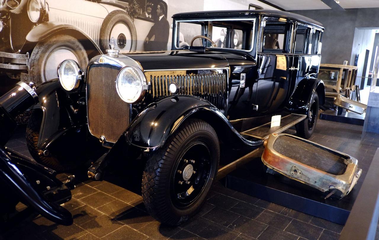 A kiállítás legtöbb autója a harmincas években készült, mert mire a háború elérkezett, a húszas évek kocsijai már sem nem voltak állami vagy kiemelt tulajdonosi használatban, sem nem voltak elég értékesek, hogy bárki megkockáztassa az elrejtésüket. Ezt az 1926-os W5 SG-t azonban valaki mégis eléggé értékelhette, mert eldugta, s csak 1960-ban került elő Hamburgban, teherautónak átalakított hátsó résszel. Ott, akkor minimális piszkálás után elsőre beindult. 1926-tól 1936-ig semmit nem tudni az előéletéről, de 1936-tól egy Bad Mergentheim-i szanatórium használatában állt 1945-ig (talán onnan rejtette el valaki). Épp restaurálás alatt áll