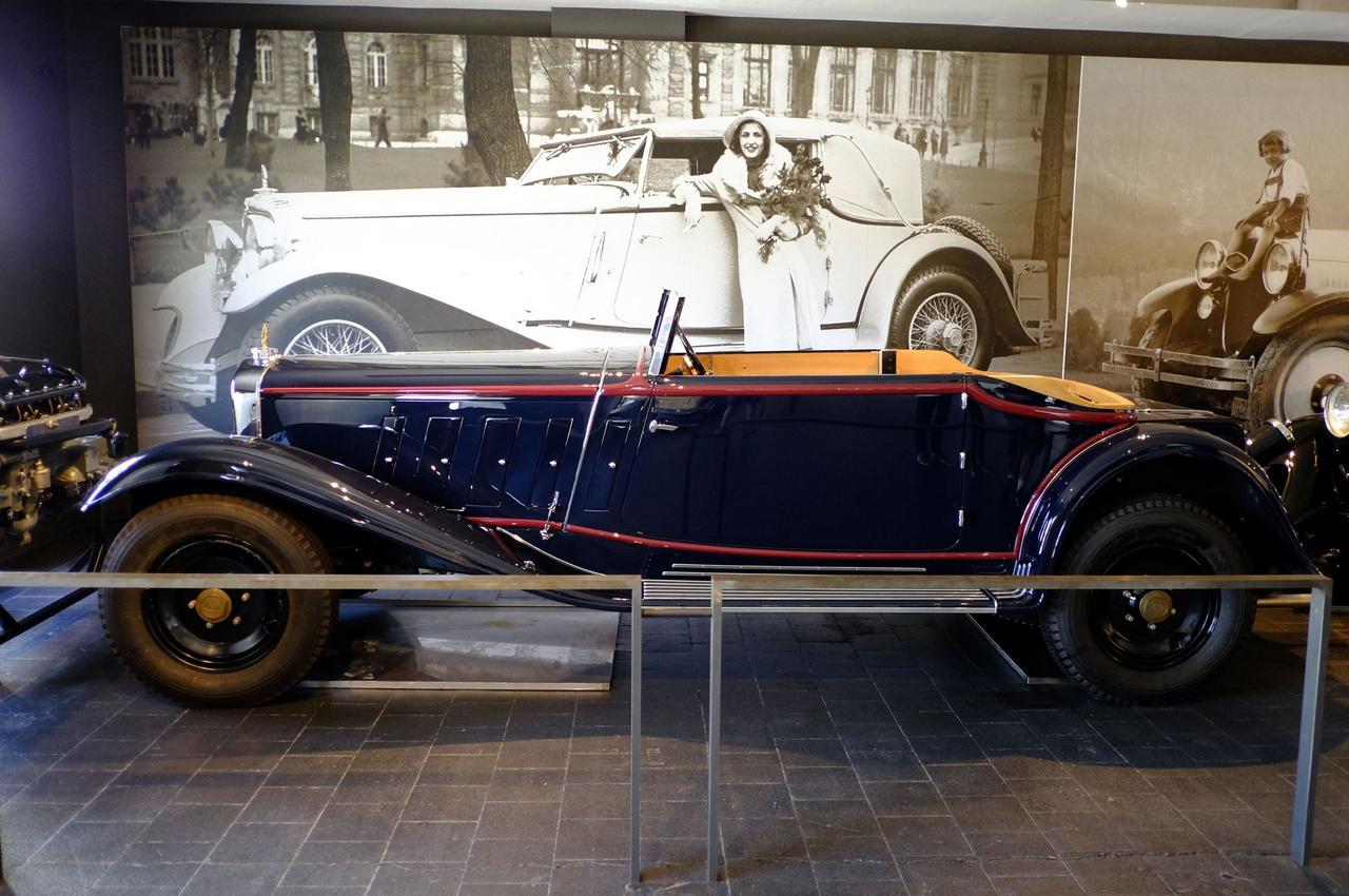 Rettentő érdekes, hogy e Maybach Zeppelinről ugyan nem maradt fenn semmiféle történei szál (ez az über-Maybach, pláne kétajtósban!), de az egyetlen kép, amin egy hasonló kocsi szerepel, Budapesten készült, egy autós szépségversenyen, azaz Concours d'Elegance-on, nyilván az Ügetőn, mert azokat ott tartották. Hogy az ez az autó-e vagy sem? Mindenesetre egy kisebb ország éves GDP-je volt egy ilyen jármű