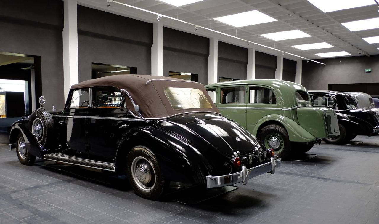 Az Esser-féle, 1939-ben készült Maybachban nem 3,8, hanem 4,2 literes a motor. A háború után a franciaországi Avignonban bukkant fel újra a kocsi, majd 1972-ben visszakerült Németországba. Ez az autó látható Jean-Paul Belmondo Ászok ásza című filmjében is