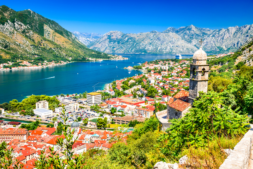 A montenegrói Kotor egy középkori hangulatú városka, ahol baráti árak, kedves emberek, bámulatos öböl vár jóval kedvezőbb árak és kevésbé zsúfolt strandok mellett.