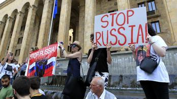 Több ezer tüntető próbált bejutni a grúz parlamentbe