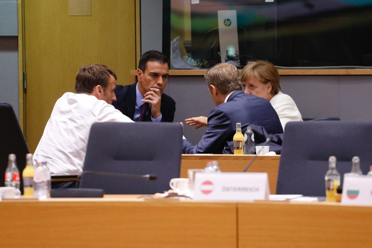 Emmanuel Macron francia államfő, Pedro Sanchez spanyol miniszterelnök, Donald Tusk, az Európai Tanács vezetője, és Angela Merkel német kancellár tárgyal az Európai Tanács ülésén, 2019. június 20-án.