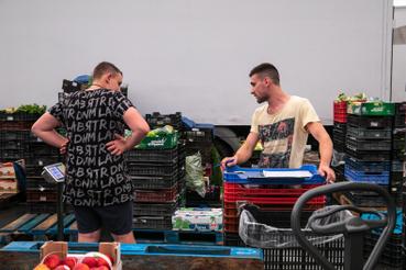 Minden terméktípusnak külön szektora van, a vásárlókat vezetik azzal, hogy milyen sorrendben kaphatóak a zöldségek és gyümölcsök.