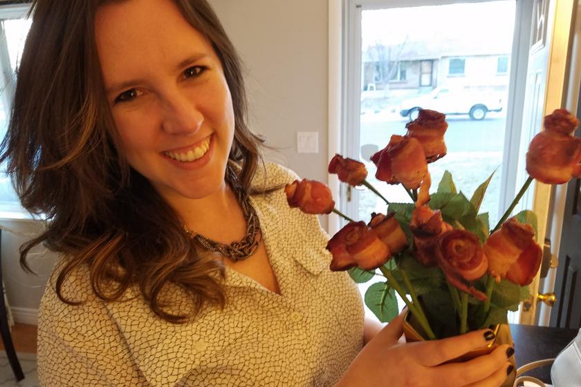 A barátnője mindennél jobban szereti a bacont, még a virágoknál is. Ezért, amikor csokrot készíttetett neki, baconrózsákat kért bele a virágostól. Látszik, milyen nagy volt az öröm.