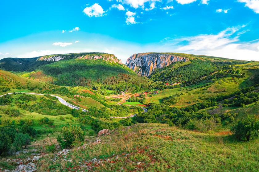 Erdély káprázatos természeti csodája az érchegységet átszelő Tordai-hasadék. A mészkőképződmény a Torockói-hegységben található, Torda városához közel.