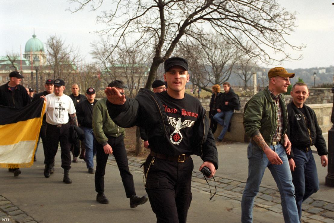 A Budai Várhoz vonulnak a megemlékezők a Magyar Nemzeti Arcvonal 1945. február 11-i kitörésre emlékező demonstrációjára 1998. február 14-én.