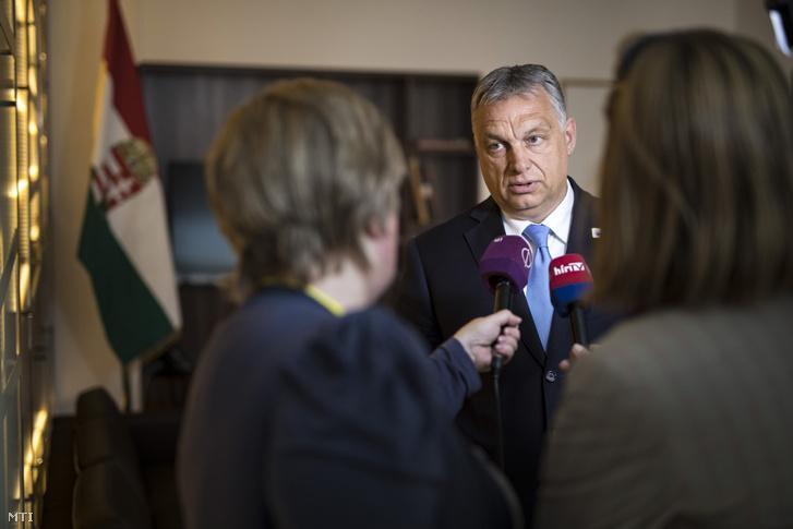 Orbán Viktor miniszterelnök nyilatkozik magyar újságíróknak EU-csúcs után Brüsszelben 2019. június 21-én.