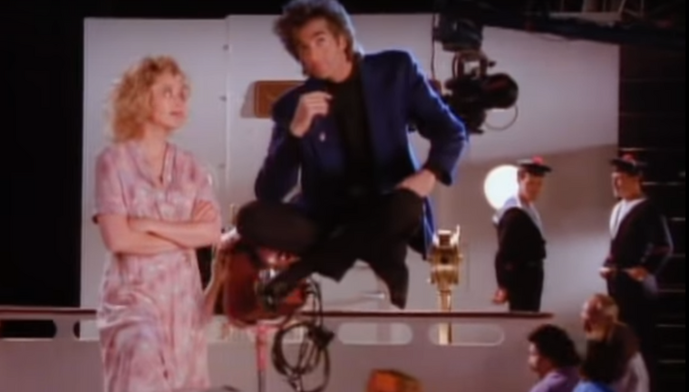 A híres mágus, David Copperfield is feltűnik a klipben