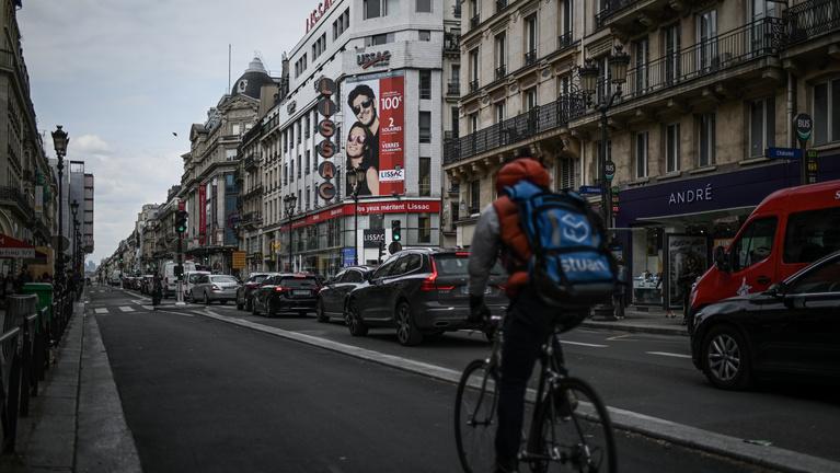 Papír nélküli bevándorlókkal tekertetik a biciklit a francia futárok