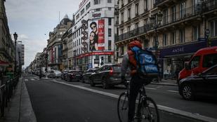 Papír nélküli migránsokkal tekertetik a biciklit a francia futárok