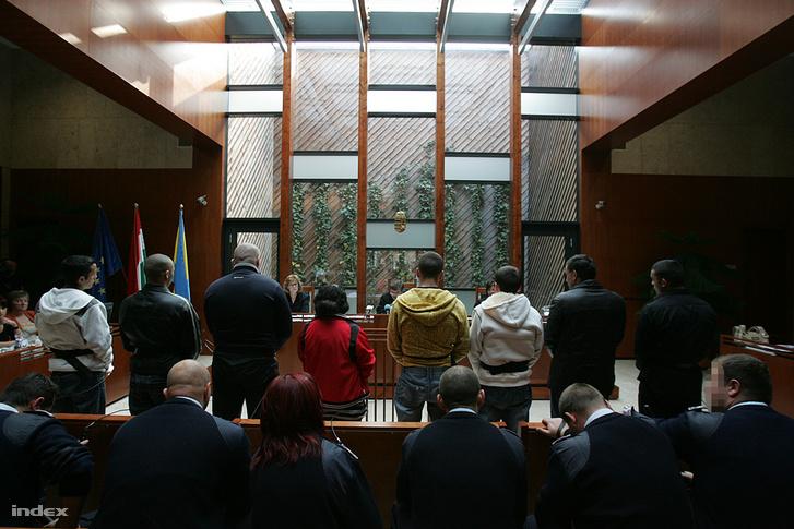 A vádlottak számbavételével hétfőn megkezdődött a Debreceni Ítélőtáblán az olaszliszkai lincselés büntetőpere 2009. október 26-án