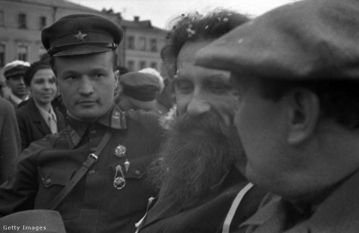 Cseljuszkintevi találkozó 1934. június 19-én. Balról jobbra: Nyikolaj Kamanyin pilóta, Otto Schmidt és Valerij Kujbisev