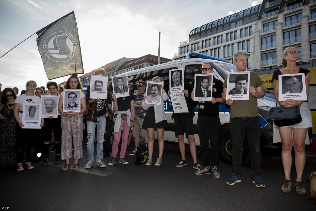 Walter Lübcke meggyilkolása és a szélsőjobb erőszakos cselekedetei ellen tiltakozók Berlinben, 2019. június 18-án.