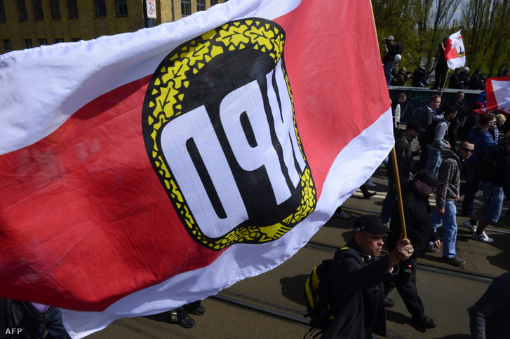 A neonáci Nemzeti Demokrata Párt támogatói vonulnak fel Berlinben, 2013. május 1-én.