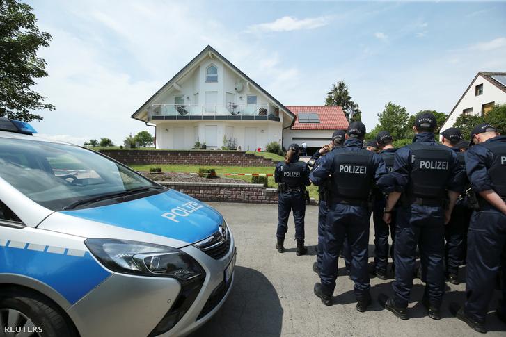 Rendőrök érkeznek Walter Lübcke családi házához a németországi Hessen tartománybeli Wolfhagen-Isthában, ahol a német Kereszténydemokrata Unió (CDU) politikusát holtan találták 2019. június 3-án.