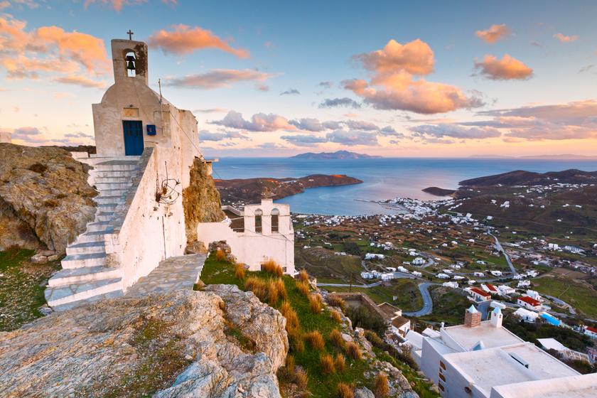 A görögországi Serifos-sziget fehér házai fantasztikus kontrasztot képeznek vadregényes környezetével. A múzeumok mellett itt található a Küklopsz (Koutalas) barlangja is.