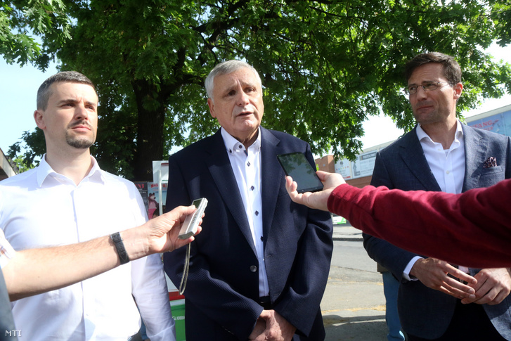 Jakab Péter, a Jobbik országgyűlési képviselője (b), Balczó Zoltán EP-képviselő (k) és Gyöngyösi Márton parlamenti frakcióvezető, a párt EP-listavezetője (j) sajtótájékoztatót tart Miskolcon, a Búza téri aluljárónál 2019. április 26-án