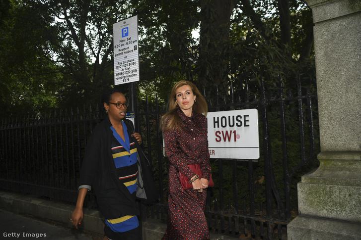 Johnsonbarátnője,Carrie Symonds (jobbra) részt vesz a Konzervatív Párt kampányán Londonban 2019. június 12-én.