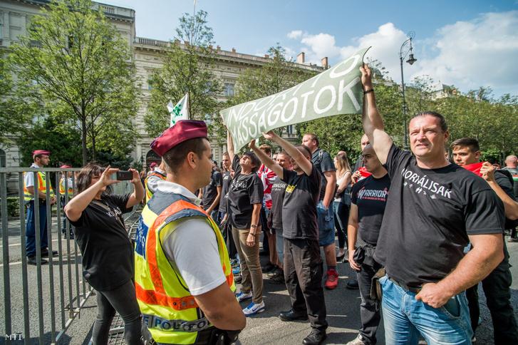 Budaházy György és a Hatvannégy Vármegye Ifjúsági Mozgalom 2018-ban tartott ellendemonstrációt a Pride felvonulása közben