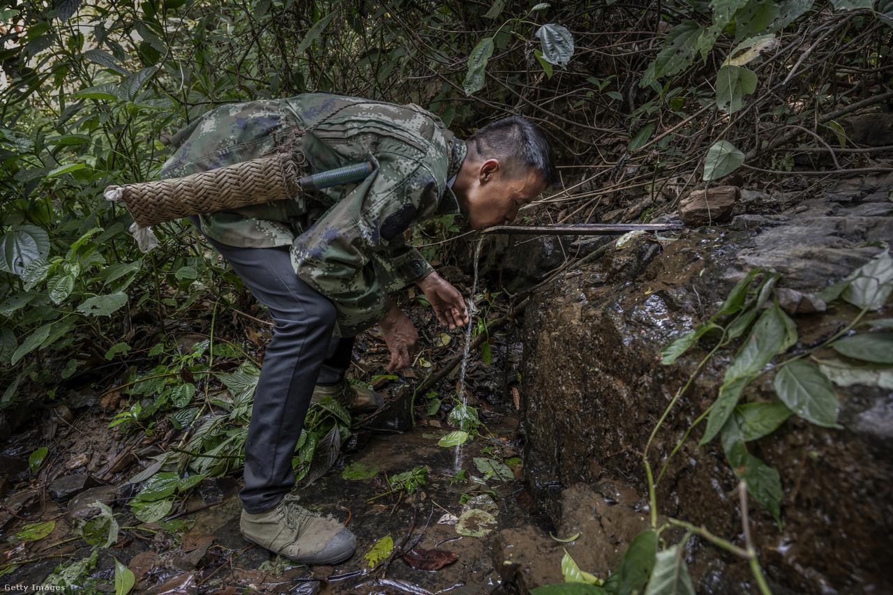A mézvadászat kimerítő, a légtornász mutatványok mellett gyakran elég hosszú távokat kell gyalogolni ahhoz, hogy kihozzák a mézet az erdőből. Igazi alpinista készségek is szükségesek a munkához.