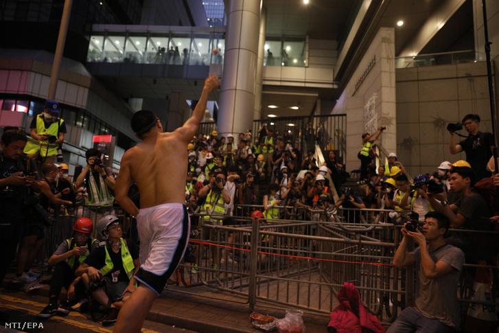 Tüntetők tojással dobálják a rendőrség székházát a kiadatási törvénytervezet visszavonását követelõ demonstráción Hongkongban 2019. június 21-én.