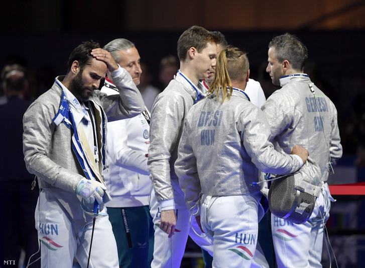 A magyar csapat tagjai - balra Szilágyi Áron - a düsseldorfi vívó-Európa-bajnokság férfi kard csapatversenyének döntője után 2019. június 22-én.