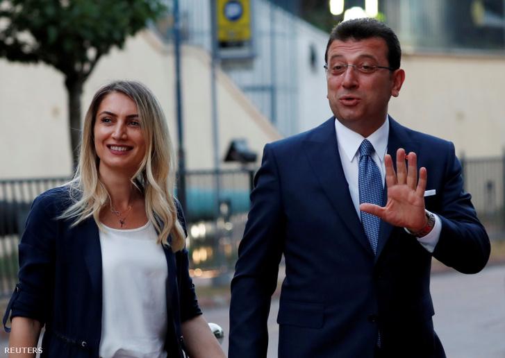 Ekrem Imamoglu és felesége, Dilek Imamoglu Isztambulban, június 16-án