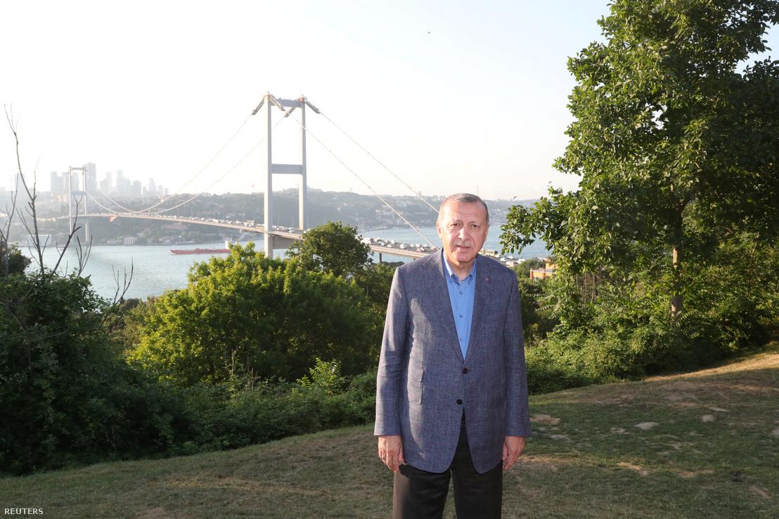 Erdoğan Isztambulban, mögötte a Boszporusz két partját összekötő Mártírok hídja