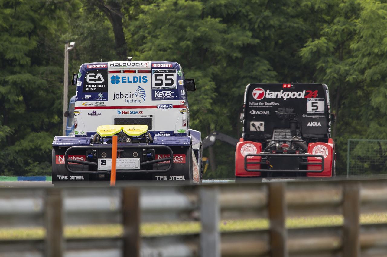 Adam Lacko, a cseh vitéz üldözi csőrös Freightlinerével Norbit a Mansell kanyar után az időmérőn. Lackonak nem ez lesz a kedvenc napja, az első versenyen konkrétan kizárták, miután háromszor is sikerült túllépnie a megengedett 160 km/h-s sebességet