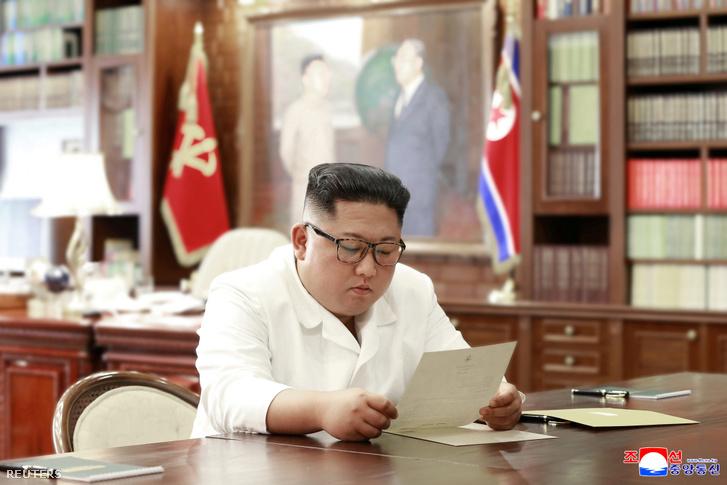 Kim Dzsongun Trump elnök levelét olvassa