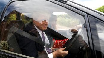Vörösborral leöntött kanapé miatt is üvöltöztek Boris Johnsonék