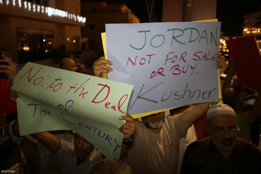 A Muszlim Testvériség tagjai tiltakoznak május 28-án, az ammani amerikai követség előtt, Kushner jordániai látogatásakor