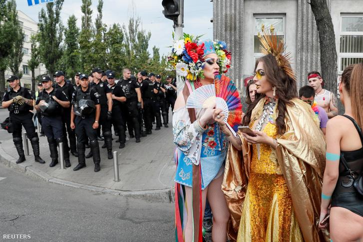 A KijevPride elnevezésű melegfelvonulás résztvevői az ukrán fővárosban 2019. június 23-án.
