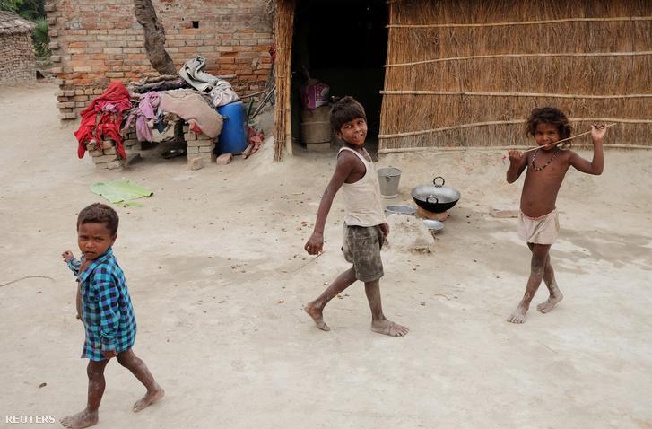 Gyerekek India Bihár államában 2019. június 20-án.