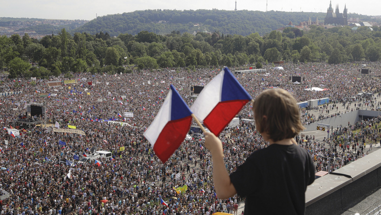 A rendszerváltás óta a legnagyobb tüntetést tartották Prágában Babiš lemondását követelve
