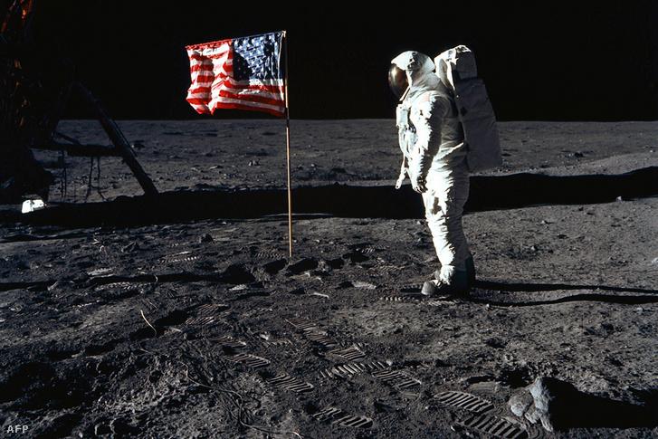 Buzz Aldrin a Holdon 1969. július 20-án