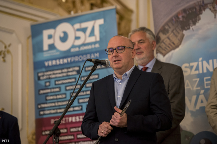 Magyar Attila a 2019-es POSZT megnyitóján, mögötte Páva Zsolt