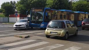 Rendőrautóval karambolozott az 5-ös busz Zuglóban