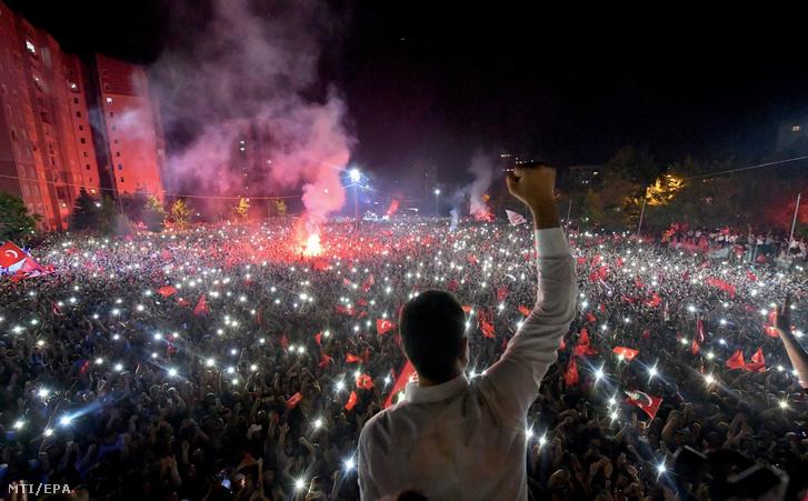 A török ellenzéki Köztársasági Néppárt (CHP) sajtóhivatalának felvételén a párt győztes jelöltje, Ekrem Imamoglu ünnepel támogatóival a megismételt főpolgármester-választás után Isztambulban 2019. június 23-án.