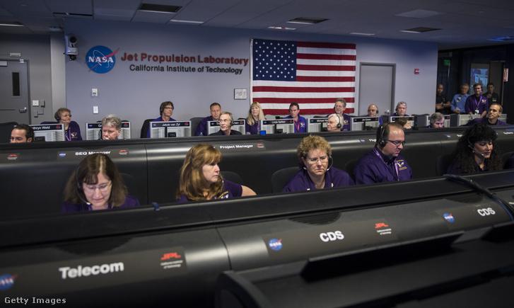 Innen törtek be, a NASA Jet Propulsion Laboratory-ból. A kép a Cassini program végén készült, amikor szándékosan a Szaturnuszba irányították az űrszondát 2017. szeptember 13-án.