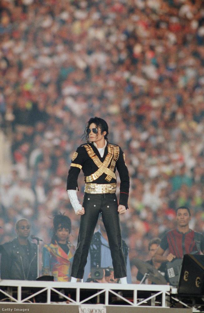 Az 1993-as Super Bowl félidejében Michael Jacksont érte a megtiszteltetés, hogy szórakoztathatta a nézőket