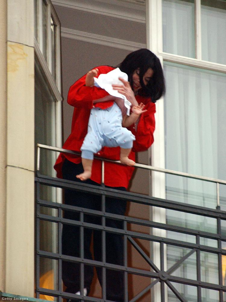 Életének egyik leghírhedtebb és kritikusabb része, amikor 2002-ben kilógatta a csecsemőjét a berlini  Adlon Hotel 4
