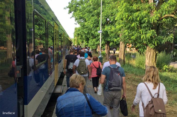 Rákospalota Kertvárosnál, 7:15-kor egy halk, alig hallható hang valamiről tájékoztatja az utasokat. Ezután a kalauzok tájékoztatták az utasokat, hogy a vonat nem közlekedik tovább felsővezeték-szakadás miatt.