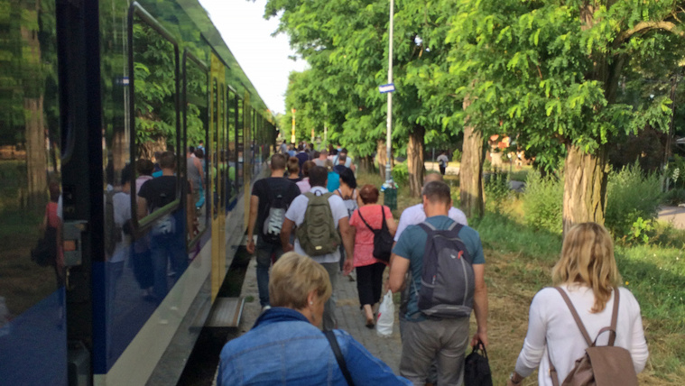 Egy vonatnyi ember kényszerült reggeli sétára felsővezeték-szakadás miatt