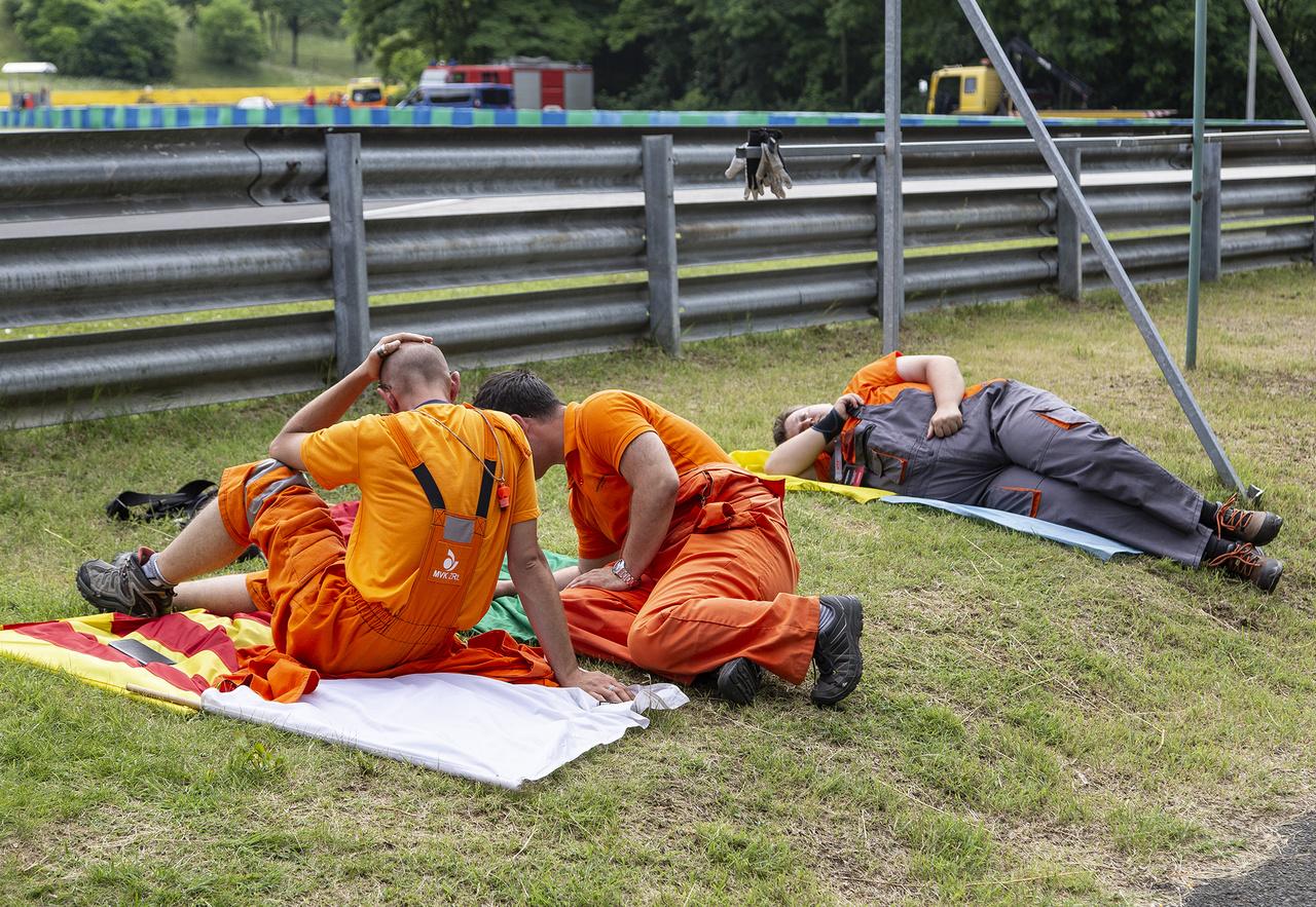 Nehéz a dolga a... sportbíróknak. A fotó ne tévesszen meg senkit, ezek nélkül az alaposan képzett kollégák nélkül nemigen lehetne egyetlen autósport rendezvényt sem megtartani, sehol a világon. Folyamatosan az időjárás szeszélyeinek kitéve dolgoznak, így verseny előtt minden másodpercet kihasználnak a feltöltődésre, hiszen utána estig esélyük sincs pihenésre. Tisztelet nekik!