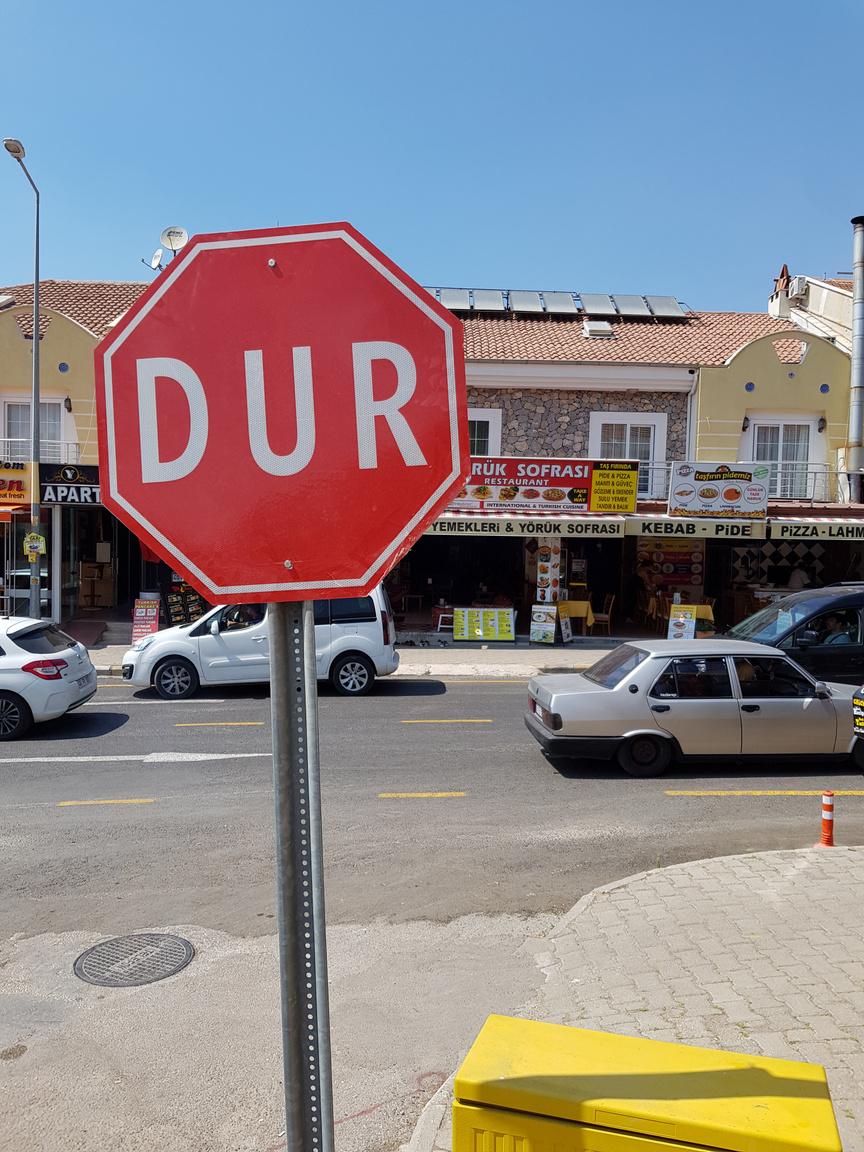 Az első alkalommal Törökországba látogatókat érni fogja néhány kultúrsokk, az biztos. Az itteni Stop táblák egyértelműen a tudomásunkra hozzák, hogy mi fog történni, amennyiben benézzük a jelzéseket