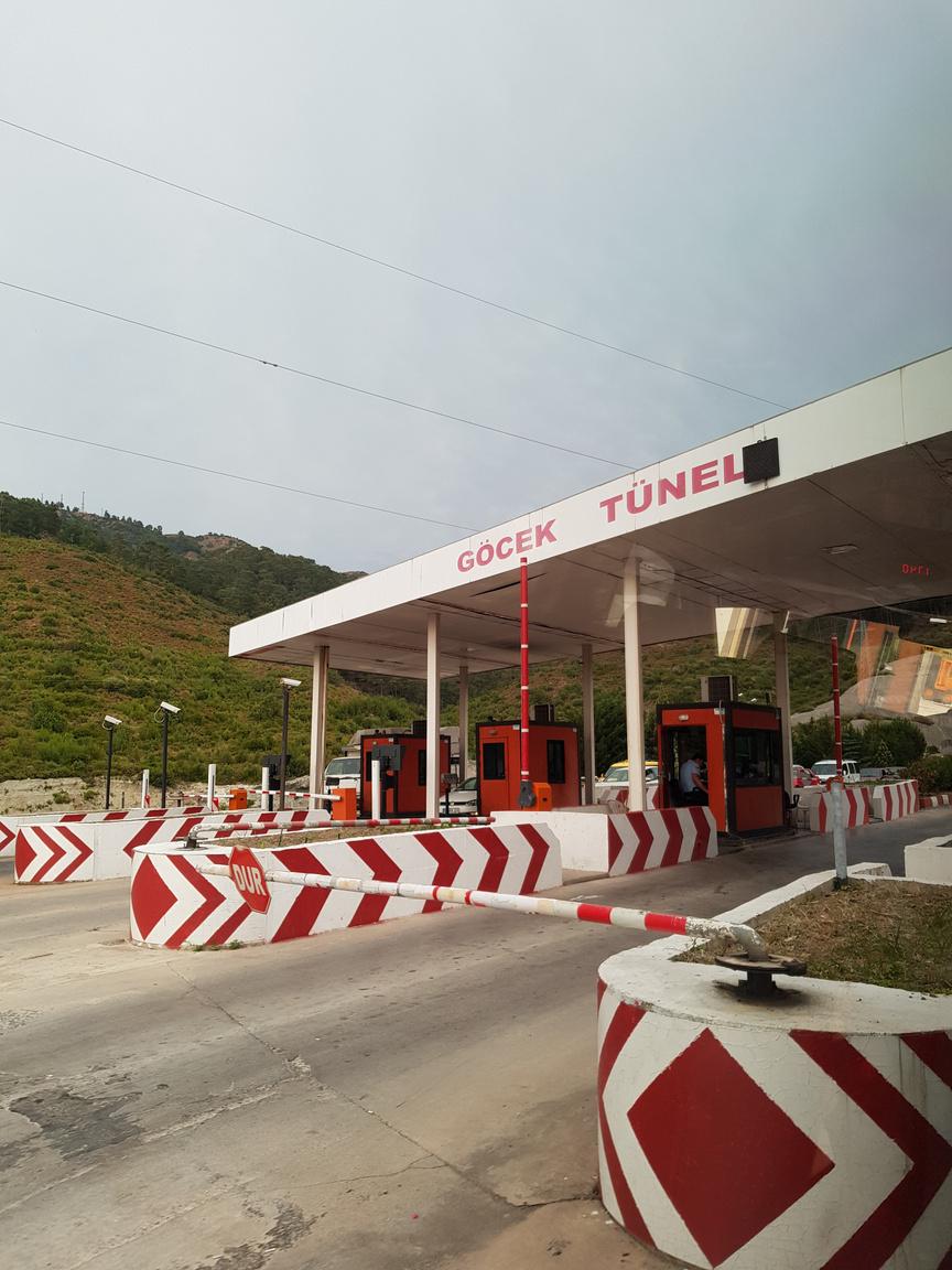 Törökország ezen részén nincs útdíj, helyette az alagutakon való átkelésért sápolják le a derék autósokat, ami jellemzően néhány lira